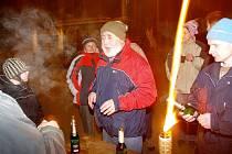 V bundách, kabátech a čepicích sešli se loučimští před půlnocí na návsi, aby v desetistupňovém mrazu přivítali Nový rok 2009.