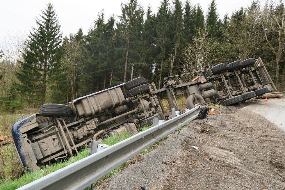 Řidič nákladního vozu havaroval mezi Caparticemi a Výhledy.