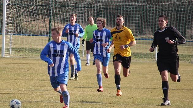 V jediném jarním utkání uplynulé sezony nejvyšší fotbalové krajské soutěže prohrál FK Staňkov (v modrém) doma se Zručí 0:2.
