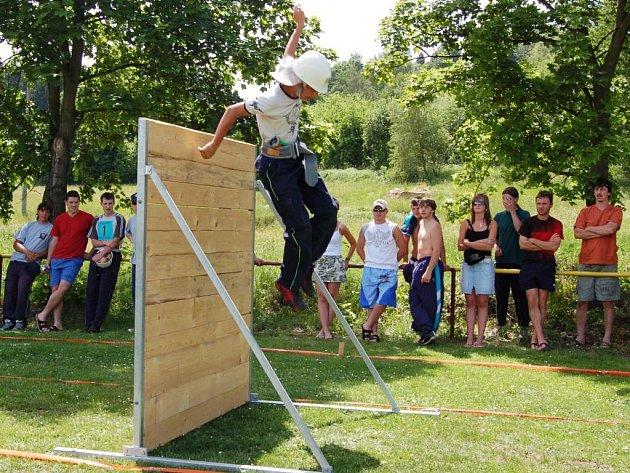 Na okrskové soutěži hasičů v Újezdě samozřejmě nechyběla překážková dráha ani diváci