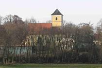Pohled na meclovskou dominantu od nové čistírny odpadních vod, na kostel sv. archanděla Michaela.