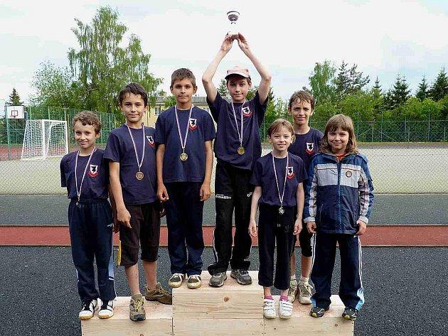 DOMAŽLICKÝ TÝM. Malé stupně vítězů, malý pohár za vítězství, ale o to větší radost. Dozajista tyto děti budeme pravidelně vídat v budoucnu na atletických oválech.