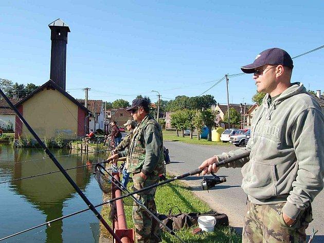 Třebničtí hasiči jsou hybnou pákou obce. Snímek je z rybářských závodů, které pořádají na návesním rybníku.  V pozadí jejich hasičská zbrojnice.