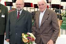 Zakladatel mrákovského souboru Jan Hoffman (vpravo) se starostou Mrákova Josefem Janečkem.
