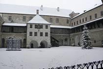 I NÁDVOŘÍ ZÁMKU v Horšovském Týně se tento měsíc ocitlo pod bílou peřinou.