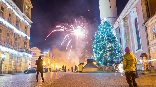 Silvestrovské veselí na náměstí v Domažlicích.