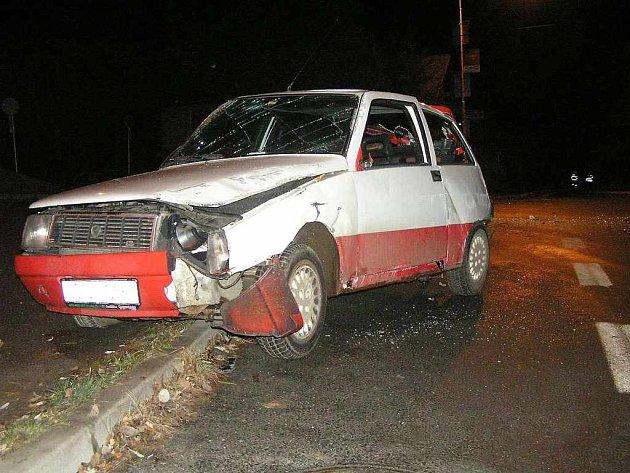 """Druhý prosincový den havaroval v ulici Prokopa Velikého v Domažlicích řidič tohoto vozu. """"Pro jistotu"""" ho po nehodě opustil."""