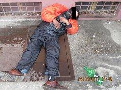 Čtyřiapadesátiletého muže vezli strážníci na plzeňskou záchytku v posledních dnech hned dvakrát. Ve druhém případě se válel opilý před bývalým hotelem Kalous v Masarykově ulici.