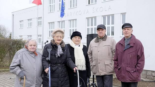 BÝVALÍ ŽÁCI předválečné školy v Holýšově Anna Teringlová, Marie Schüblová, Vlasta Prokopová, Jan Rauner a Rudolf Kubíček.
