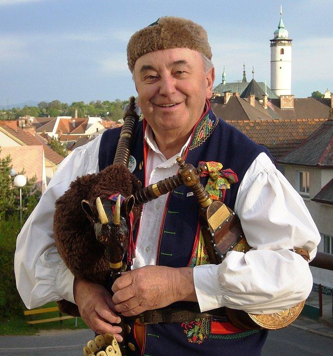Antonín Konrády, známý zpěvák a dudák z Domažlic, v pondělí oslavil 90. narozeniny.