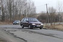 MEZI ŽDÁNOVEM A PAŘEZOVEM. Auta, pokud mají možnost, se vyhýbají největším dírám jízdou v protisměru.