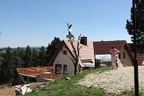CHODSKÁ CHALUPA NA HRÁDKU. Návštěvníci památného místa s pomníkem J. S. Koziny v ní mohou po letech posedět.