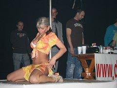 Pouze od 18ti let! Fotoreportáž z Erotického diskoplesu ve Kdyni, moderovaného pornohercem Robertem Rosenbergem