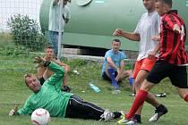 Brankář Bauer Teamu Jan Paul st. zasahuje při jednom z útoků hráčů FC Horšovský Týn.