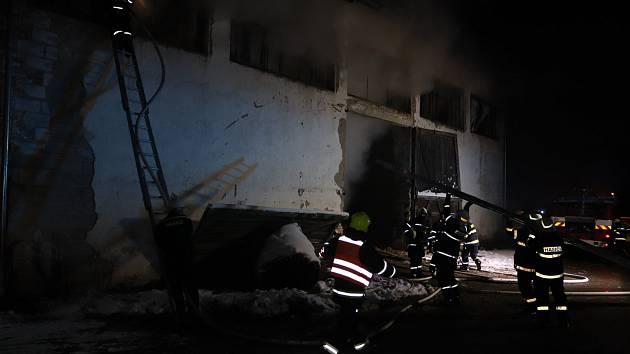 Děti při hře zapálily stodolu s balíky slámy