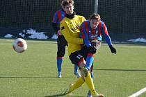 Na snímku jsou Petr Hošek, který se vrátil se do sestavy Jiskry Domažlice, a ex-domažlický Dominik Lešek v dresu Plzně. Hošek zaznamenal v utkání jeden gól a jednu asistenci.