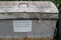 Razantně si ´svoje´ popelnice brání obyvatelé několika paneláků na Kozinově Poli.