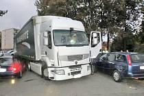 Rumunský řidič svůj kamion napasoval mezi zaparkovaná auta.