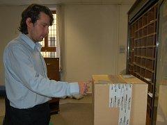 Pracovníci domažlické pošty v těchto dnech doručují na 700 balíků denně.