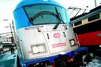 """Celý spor se vede o zpožděné dodávky lokomotivy řady 380. Ta je takzvaně třísystémová, může tedy jezdit po celé ČR (existují zde dva systémy napájení) a rovněž by měla """"umět"""" i jízdu pod napájením v Německu či Rakousku."""