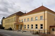 Původní budova staňkovské školy (vlevo) pochází z roku 1914