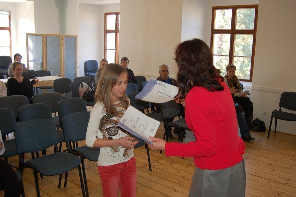 Z předání diplomů vítězům soutěže mladých houslistů v ZUŠ JJ Domažlice.
