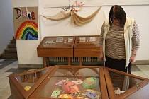 Výstava klientů Volnočasových klubů Duha v domažlické knihovně.