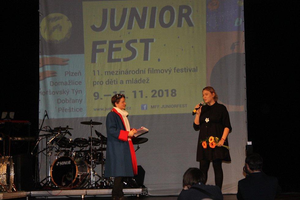 Ze zahájení festivalu. Na jevišti s Valentou byla i programová ředitelka Barbora Kyas.