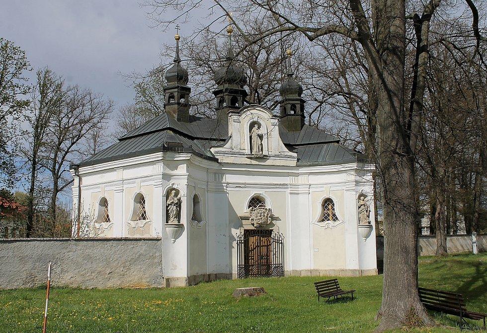 Kaple svatého Jana Nepomuckého v Chotiměři dříve patřila k zámku. V roce 2010 ji dostala obec, která se o ni stará.