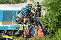 U obce Milavče mezi Domažlicemi a Blížejovem na Domažlicku se minulý týden ve středu ráno srazily dva vlaky. Tři lidé nehodu nepřežili