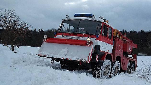 KRAKEN ZNOVU V AKCI.  Kamion, který uvízl u Bořic, vysvobozovaly v úterý dva hasičské speciály. Minulý týden zasahovala stejná technika také u kamionu v Němčicích na Kdyňsku.
