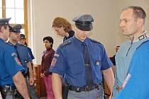 Holanďany přivedla k soudu eskorta.