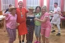 """DRAŽENOVŠTÍ se v sobotu 24. března sešli v hojném počtu v místním kulturním domě ve """"ve večerní róbě"""". Ve svých pyžamkách, mnohdy vskutku originálních, například s potiskem Pata  a Mata, si užili zábavu a protančili večer."""