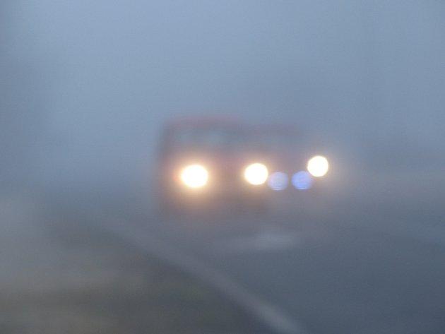 Mlha zalila region. Motoristé by měli jezdit opatrně.