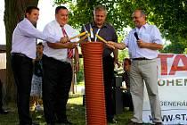 ZAHÁJENÍ stavby kanalizace spolu s dalšími hosty odklepl starosta Nového Kramolína Jan Buršík (vpravo).