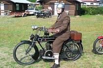 Malá ochutnávka z akce VCC Domažlice. Petr Sojka na svém 93 let starém stroji se chystá k odjezdu z babylonského autokempu, kde bylo organizační centrum veteránské jízdy.
