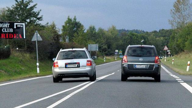 Ilustrační foto. Na silnici je možné vidět ledascos. Spěchající řidiče, kterým jakoby na životě ani nezáleželo.