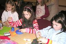 Vytvořit věneček, který ozdobí vánoční stůl, si vyžádalo pořádné soustředění a šikovné ruce.