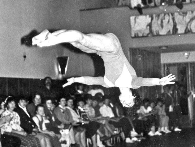 ÚSPĚŠNÁ TRENÉRKA. Jana Gibfriedová (na snímku při cvičení prostných), která byla úspěšnou gymnastkou v žákyních a juniorkách a od 90. let trénuje nepřetržitě domažlické gymnastky.