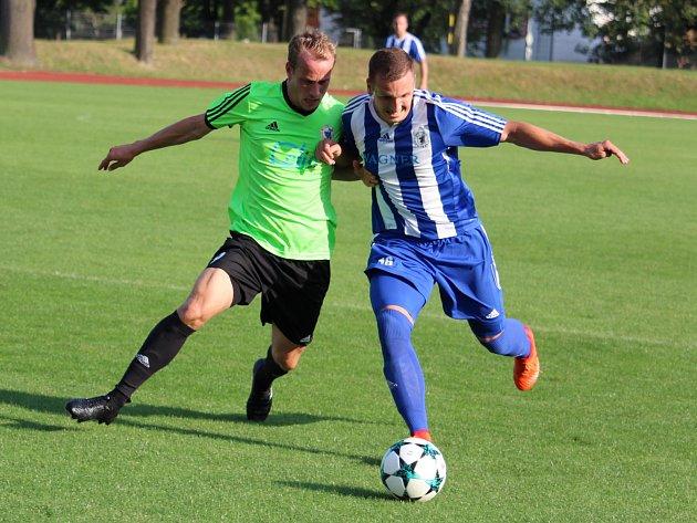 Petr Došlý (vpravo) uzavřel výsledek utkání s Litoměřickem na 5:2 pro Jiskru.