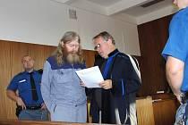 ZE SOUDNÍ SÍNĚ. Obžalovaný Jan Michel se poté, co ho před Okresní soud v Domažlicích přivedla eskorta, mohl poradit se svým obhájcem Františkem Grznárem.