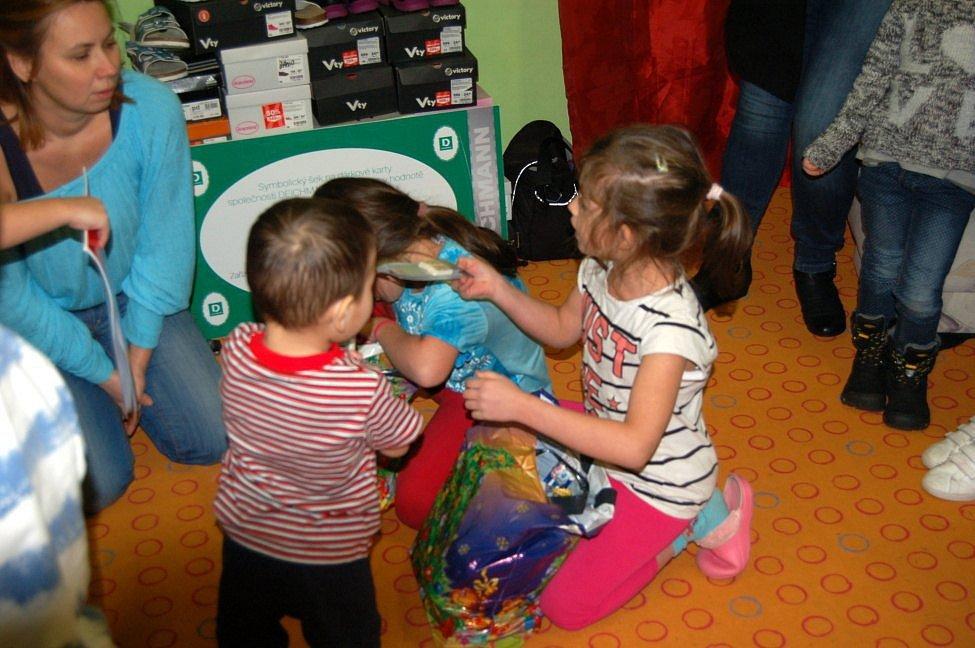 Děti v Robinsonu se radovaly z dárků.