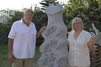 Zakončení sochařského sympozia. John Weidman s manželkou a svým dílem.