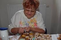 Libuše Blažíková zdobí velikonoční perníčky.