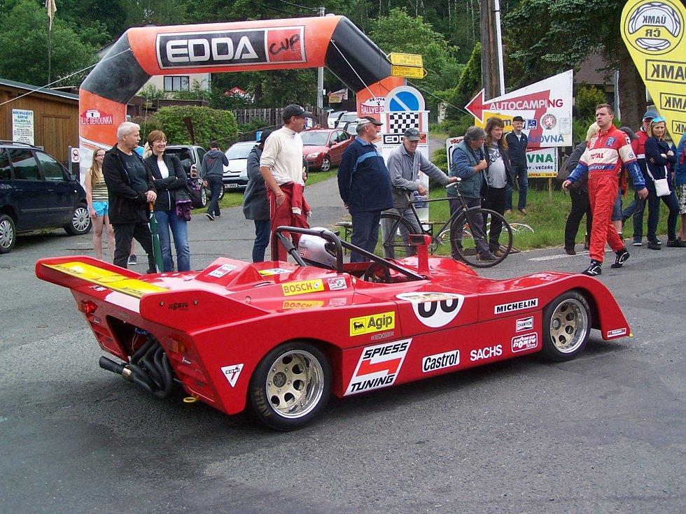 ZŘEJMĚ NEJATRAKTIVNĚJŠÍM VOZEM bude tento nízký a lehký spider Brixner vybavený upraveným motorem NSU TT, s nímž je přihlášen jeden z bavorských účastníků.