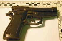 Zbraň, kterou měl muž ohrožovat své příbuzné.