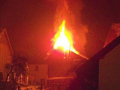 Z nedělního večerního požáru dřevěné kůlny v Chodově.