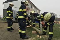 Ze zásahu hasičů po výbuchu v drahotínské bytovce.