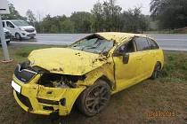 Při nehodě řidič utrpěl zranění a na voze způsobil škodu za 300 tisíc.