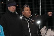 Zápas Jiskry s Bogenem si nenechali ujít prezident Jiskry Jaroslav Ticháček a někdejší prezident Slavoje Koloveč Milan Lucák, jehož syn absolvuje zimní testy v Domažlicích.